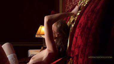 Молодая блондинка устроила себе необычную мастурбацию
