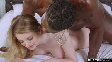 Блондинка справилась с сексом в писю большим черным елдаком