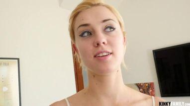 Блондинка в соблазнительном топе стонет от жаркого секса с самцом