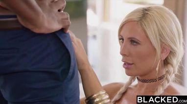 Блондинка ловко скачет на черном члене своего приятеля, доставляя ему удовольствие