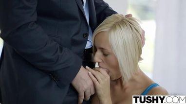 Блондинка в очках сосет член и трахается раком со своим парнем