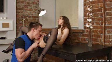 Девушка легла на стол и расставила ноги, чтобы принять возбужденный член своего парня
