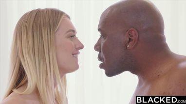 Негр дает блондинке свой член, а после засаживает ствол в ее бритую вагину
