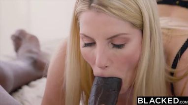 Брутальный негр вставляет член в вагину блондинки и доводит ее до блаженства