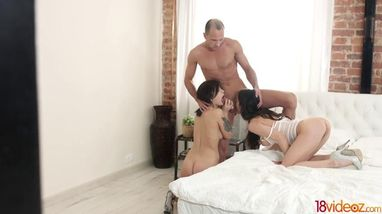 Две горячие штучки умело удовлетворяют одного похотливого мужика