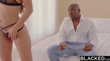 Темнокожий парень посадил блондинку на свой огромный стояк и довел до оргазма