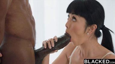 Милая японка делает минет негру и интенсивно скачет на его большом члене
