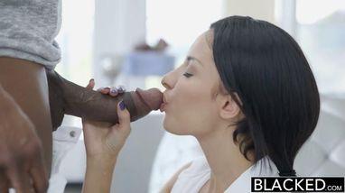 Своим огромным черным членом темнокожий самец доводит брюнетку до незабываемого оргазма