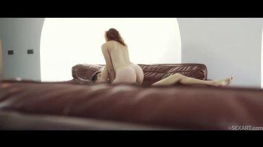 Очаровательная девушка страстно стонет от жаркого секса со своим приятелем