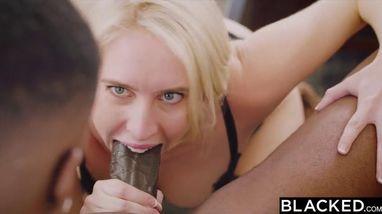 Темнокожие парни устраивают групповой секс с двумя очаровательными блондинками